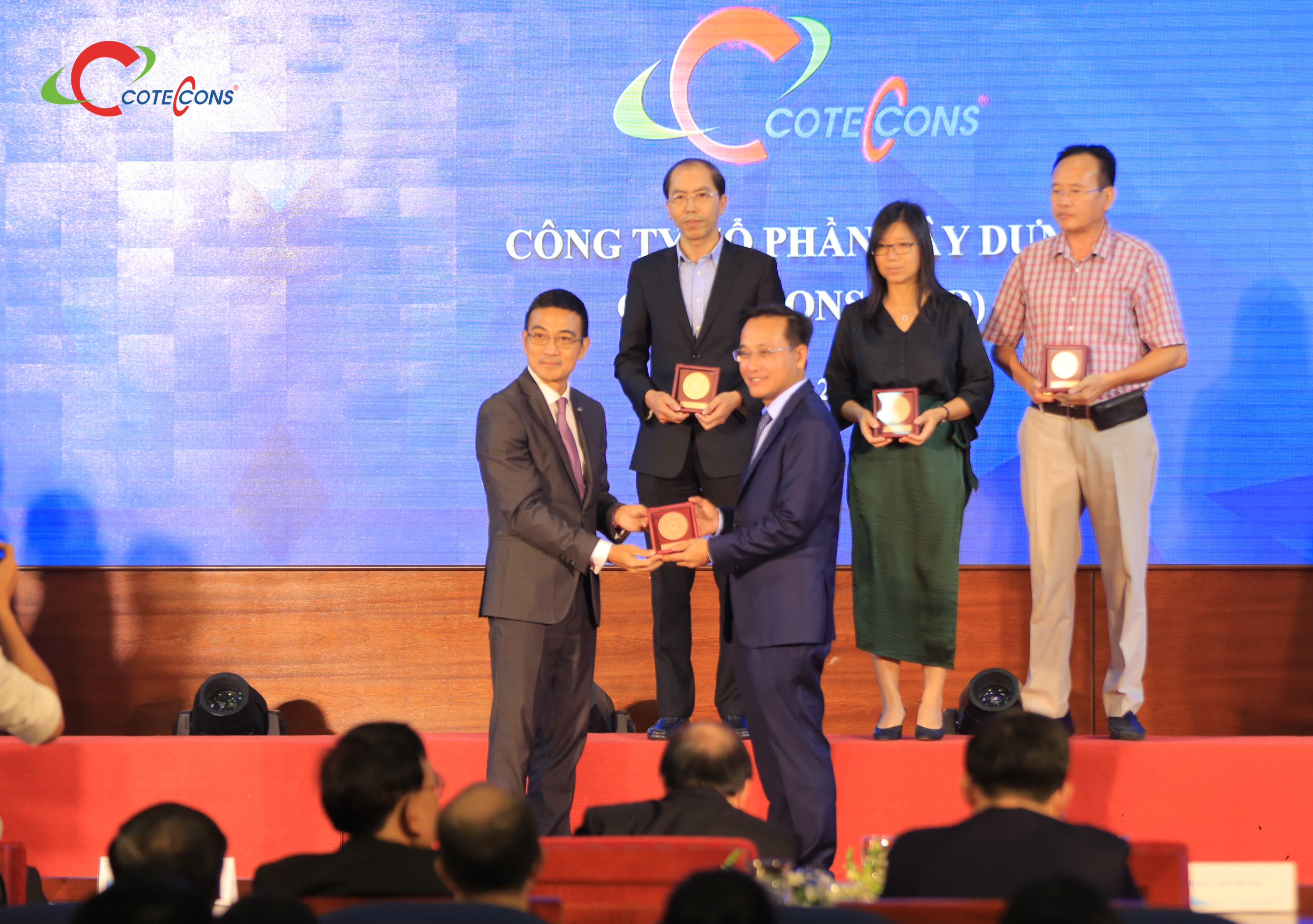 Coteccons received the Achievement Award to honor the members of Vietnam Stock Market